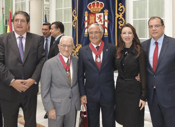Cruces a Domínguez Guzmán y Luis Revilla