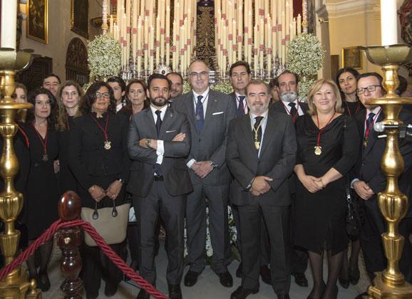 Óscar Cisneros entregó el Bastón de Mando a la Hermandad del Silencio al cumplirse veinticinco años